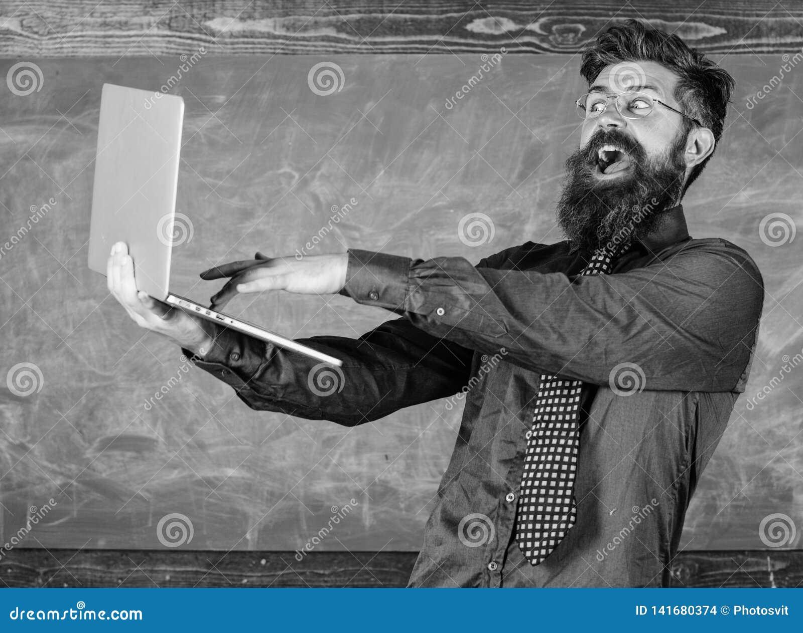El ordenador portátil del control de las lentes del profesor del inconformista pasó el control del conocimiento de la distancia E