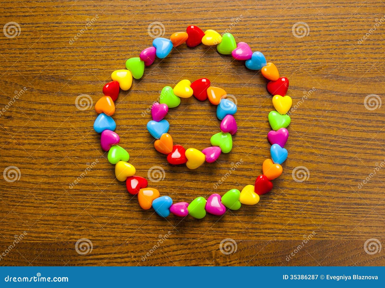 El ornamento de los niños brillantes y coloridos