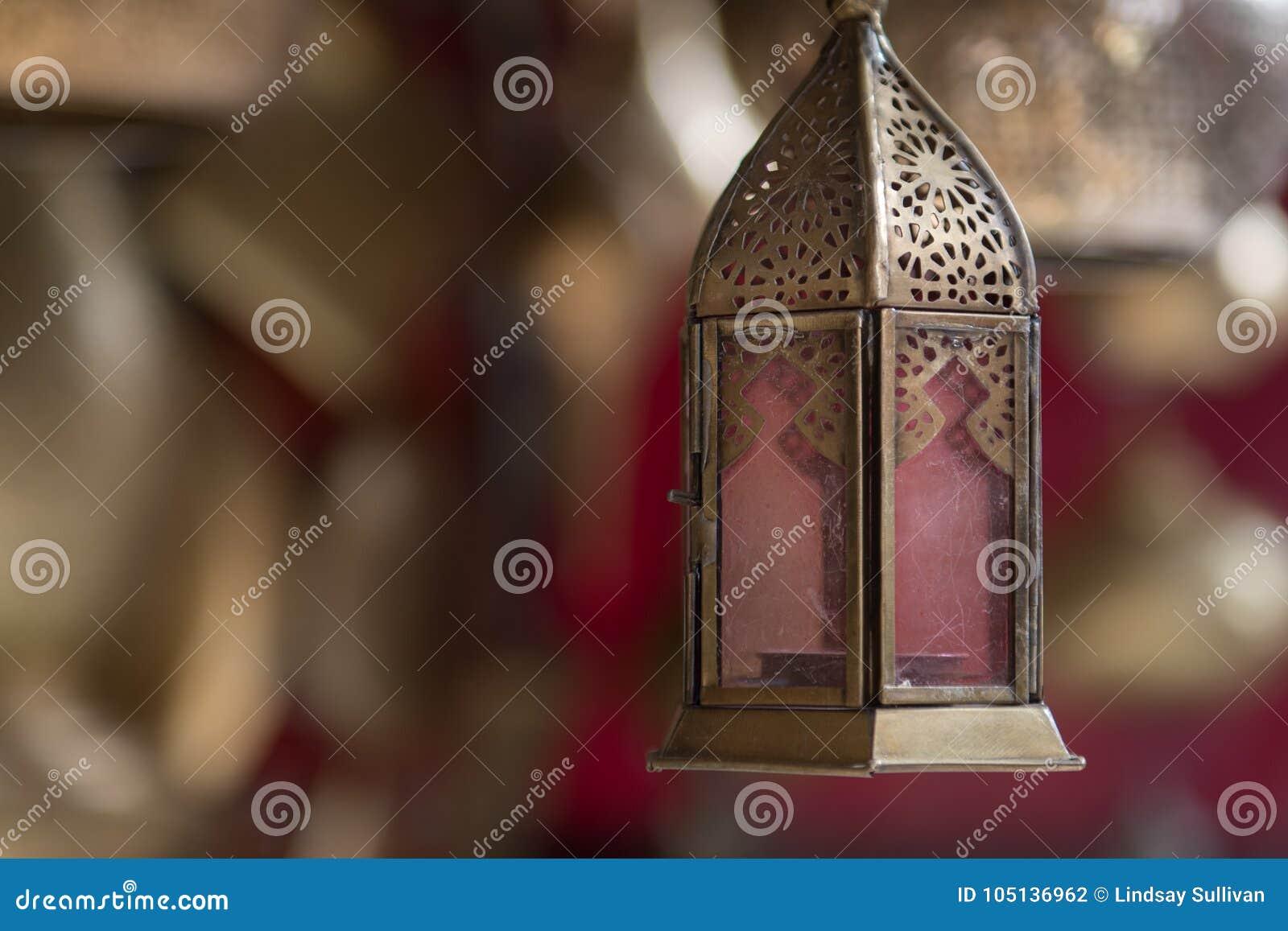 El oro modeló la ejecución de la lámpara del techo de una tienda en un souk de Marrakesh