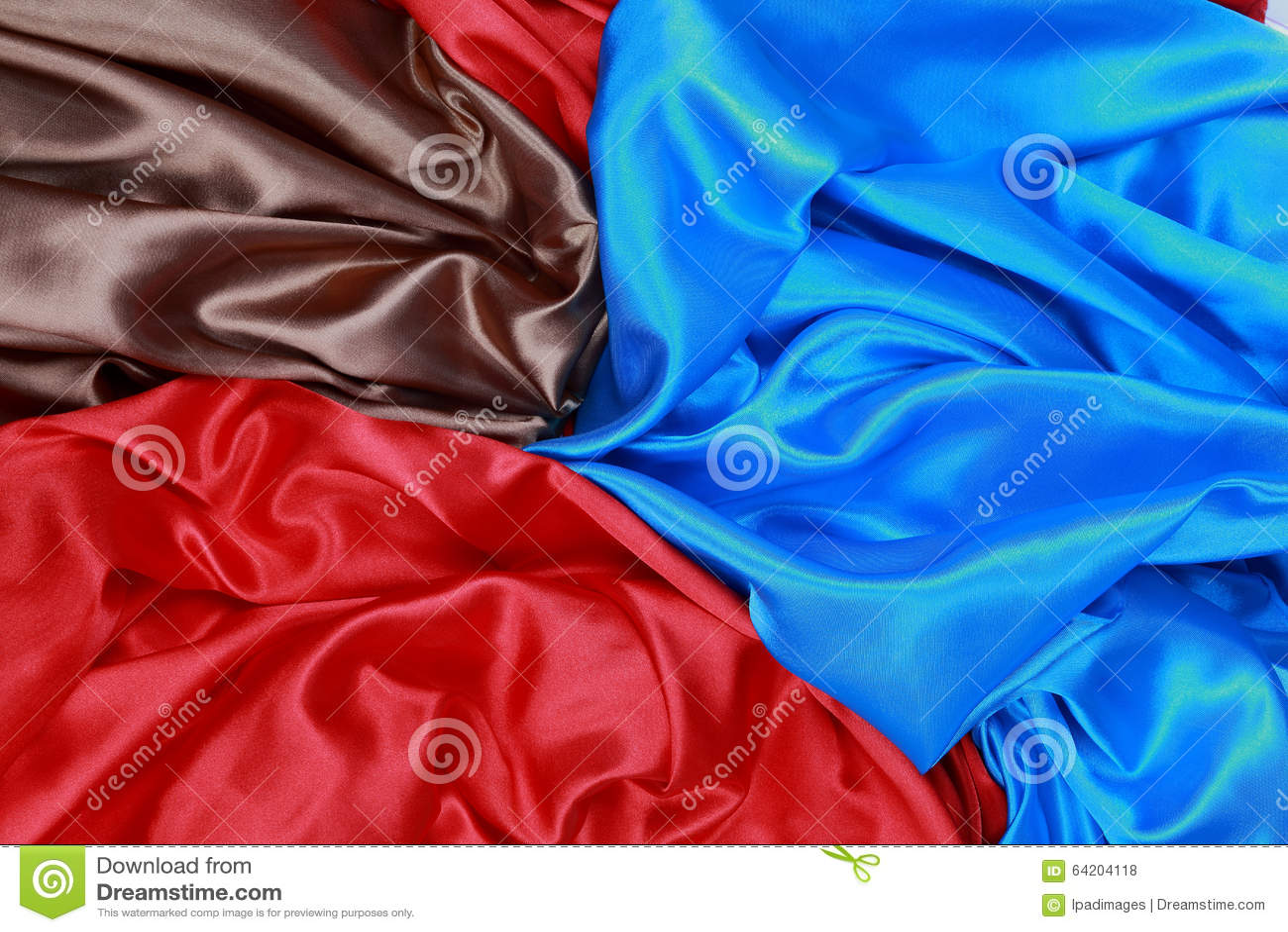 El paño de seda azul y marrón y rojo del satén de dobleces ondulados texturiza vagos