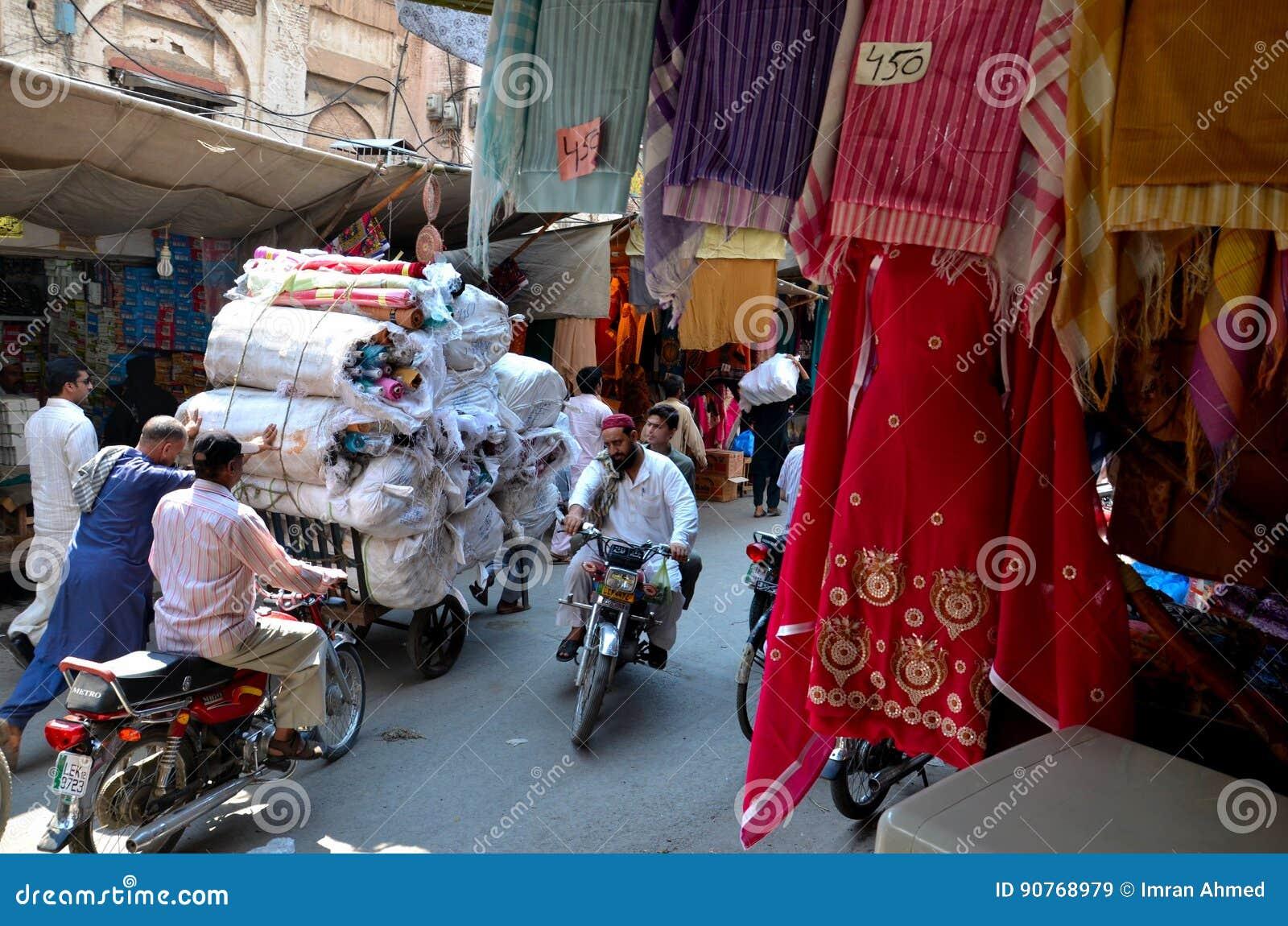 El paño taja el mercado tradicional interior del bazar en la ciudad emparedada Lahore Paquistán