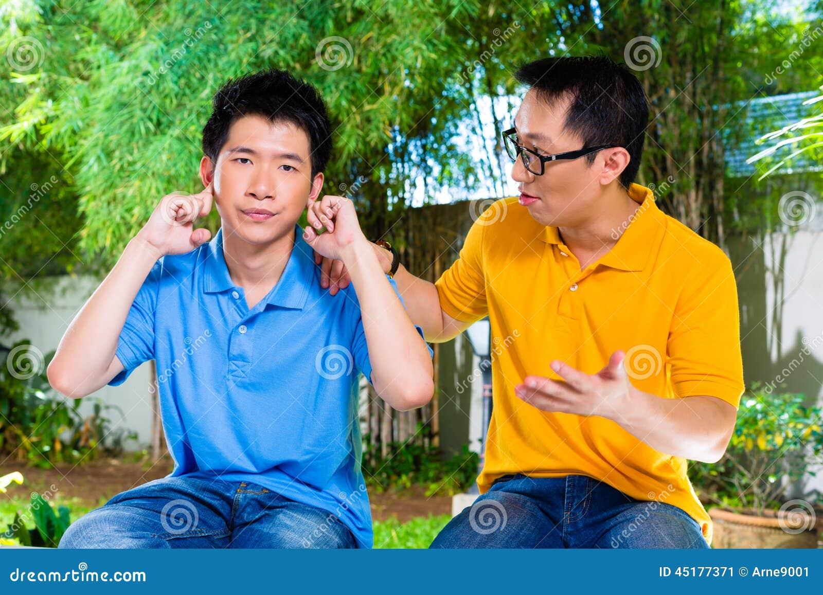 El padre chino da a su hijo un cierto consejo