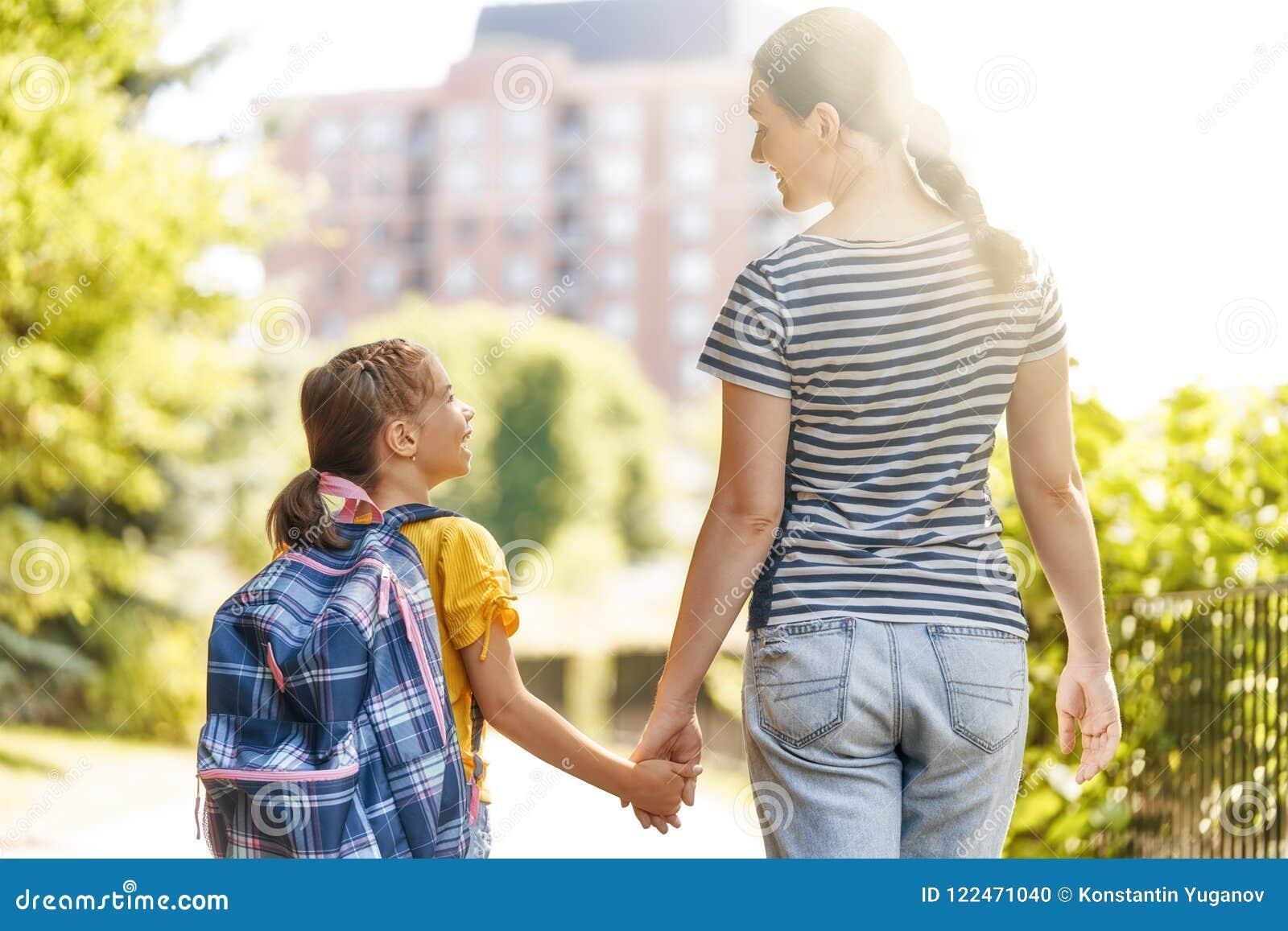 El padre y el alumno van a la escuela