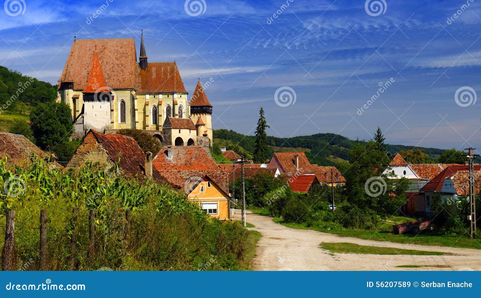 El paisaje con Biertan fortificó la iglesia, Rumania