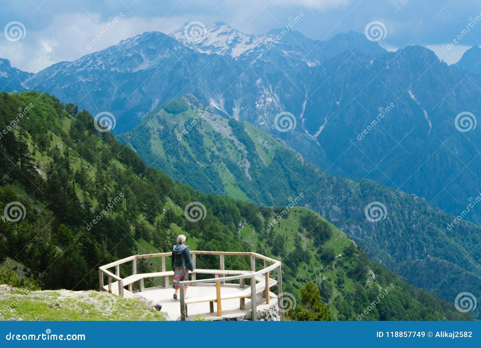 El Paisaje De La Montaña Mujer En Una Terraza De Madera