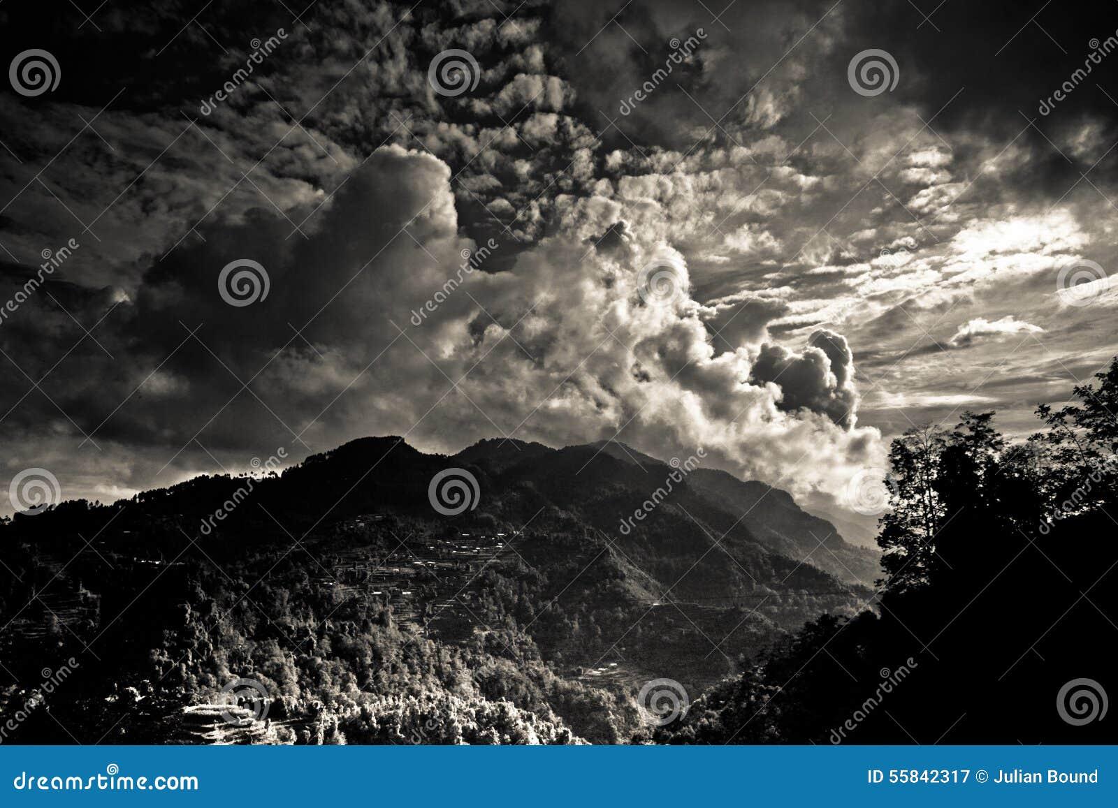 El paisaje del distrito de Sindhupalchowk en el Nepal/el borde tibetano