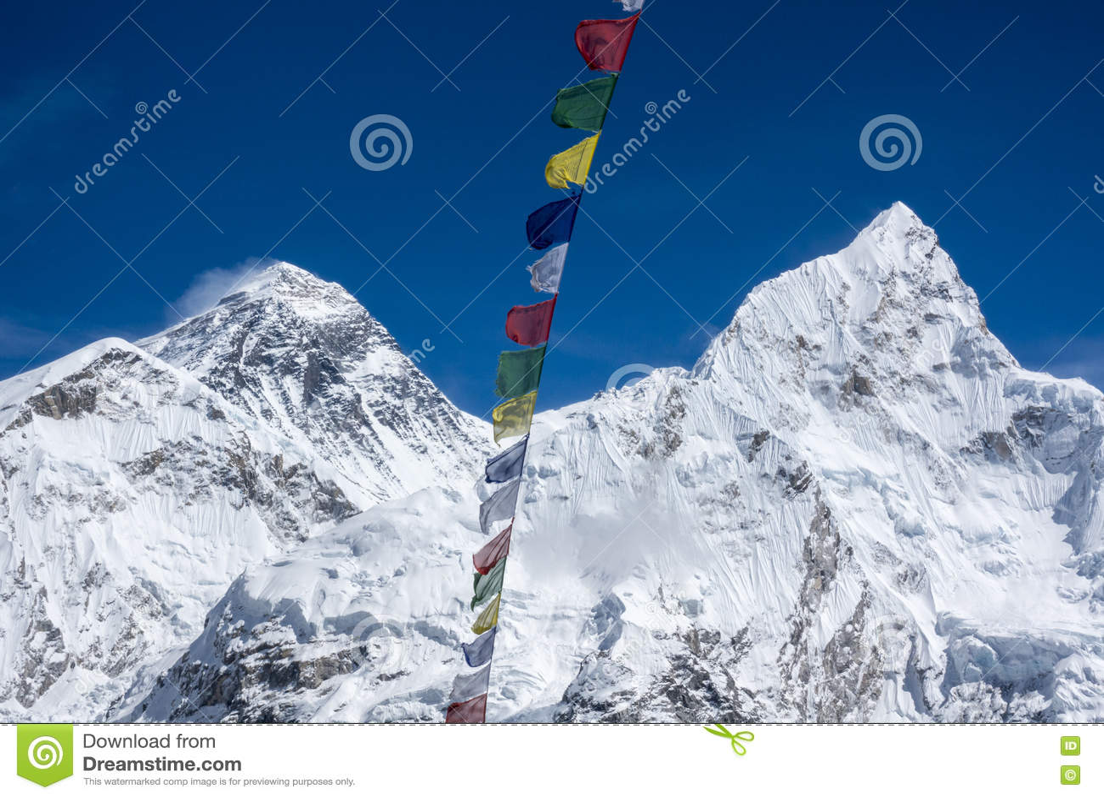 El paisaje hermoso de Everest y Lhotse enarbolan con la bandera colorida del Nepali del punto de opinión de Kala Pattar Gorak She
