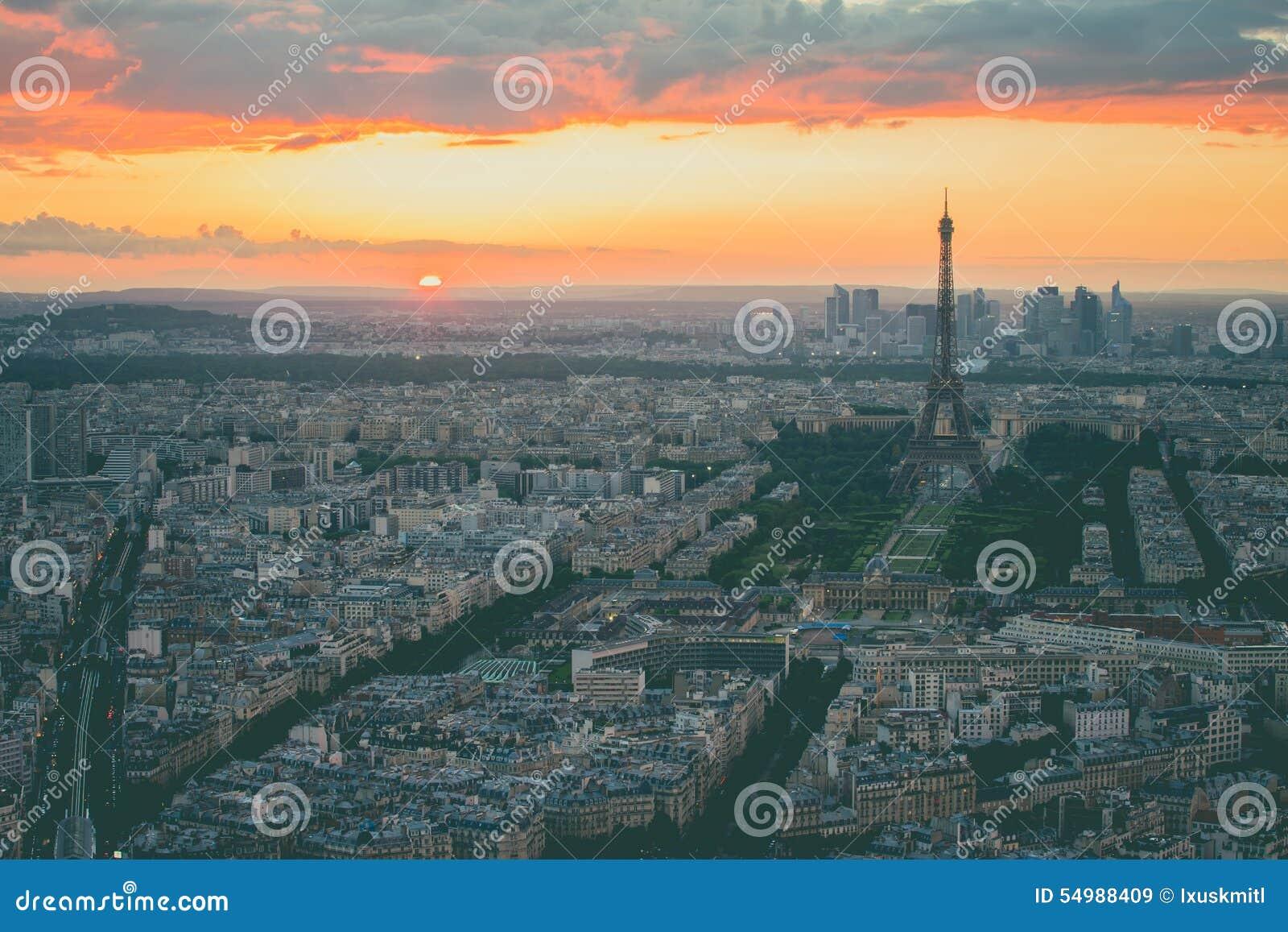 El paisaje urbano con la torre Eiffel en París, Francia