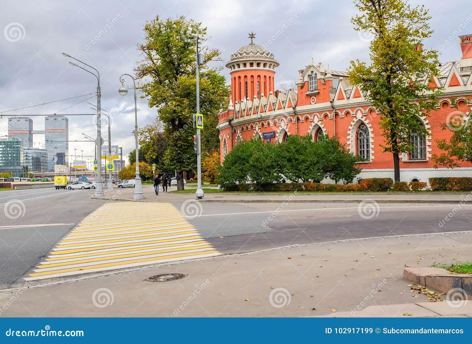 El paisaje urbano incluye arquitectura histórica espléndida de lado a lado con los formes minimalistas modernos, Moscú, Rusia