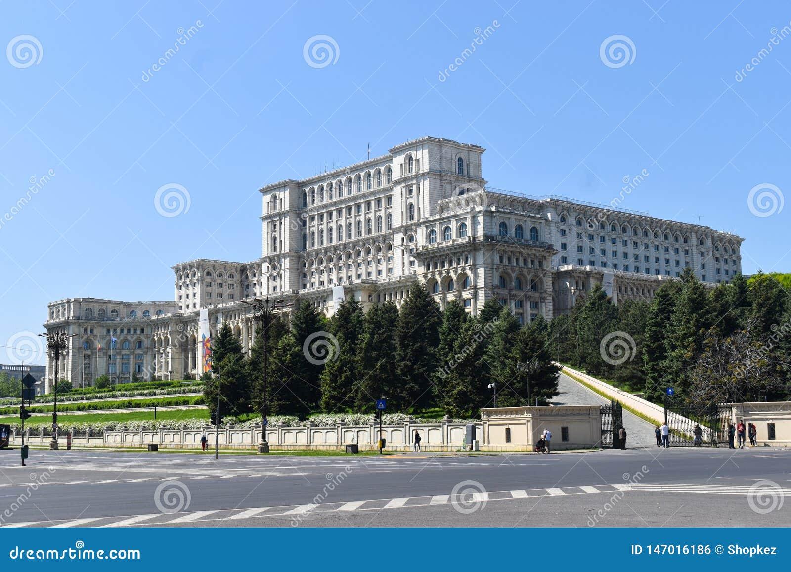 El palacio de la casa del parlamento o de la gente, Bucarest, Rumania Vista nocturna del cuadrado central El palacio era b pedido