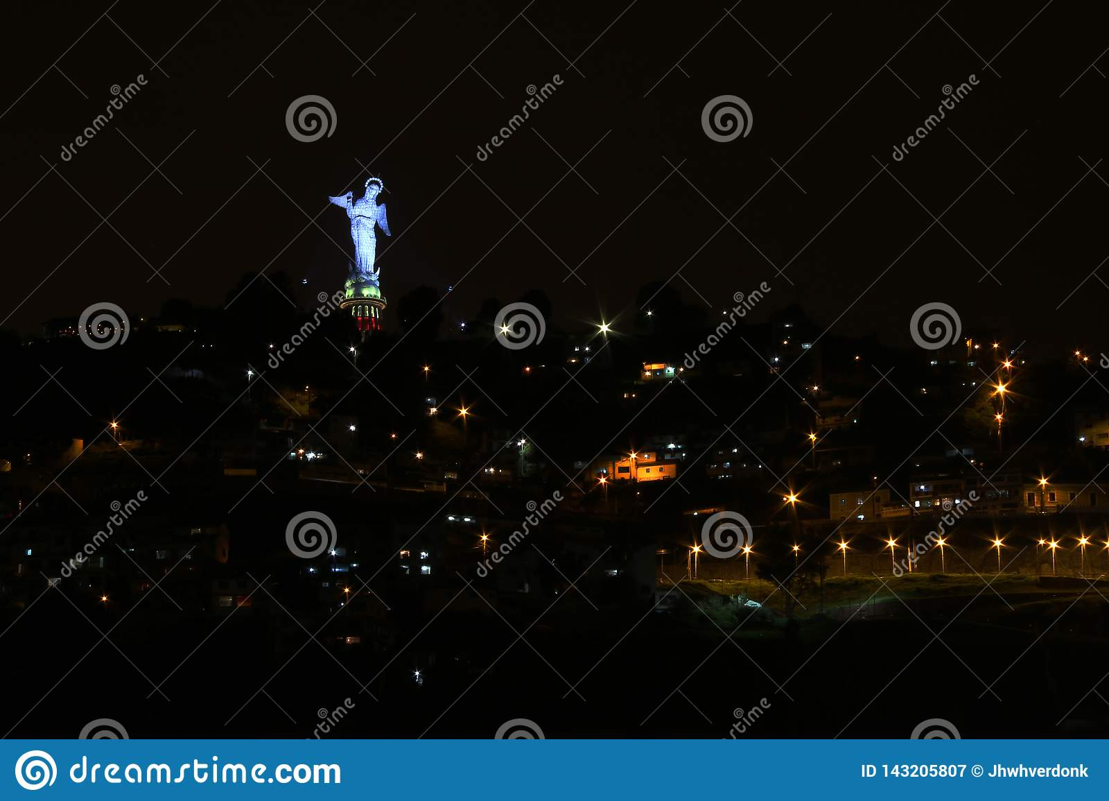 EL Panecillo während der Nacht, beleuchtet in einer blauen Farbe