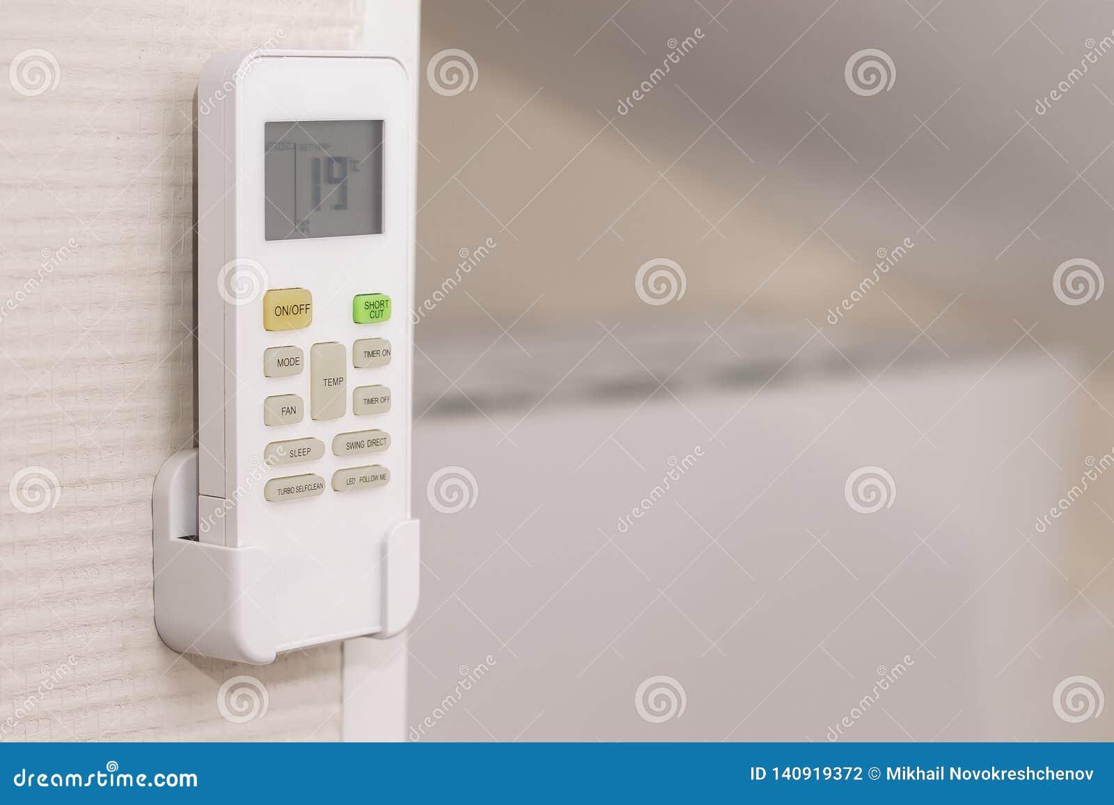 El panel del acondicionador cuelga en una pared