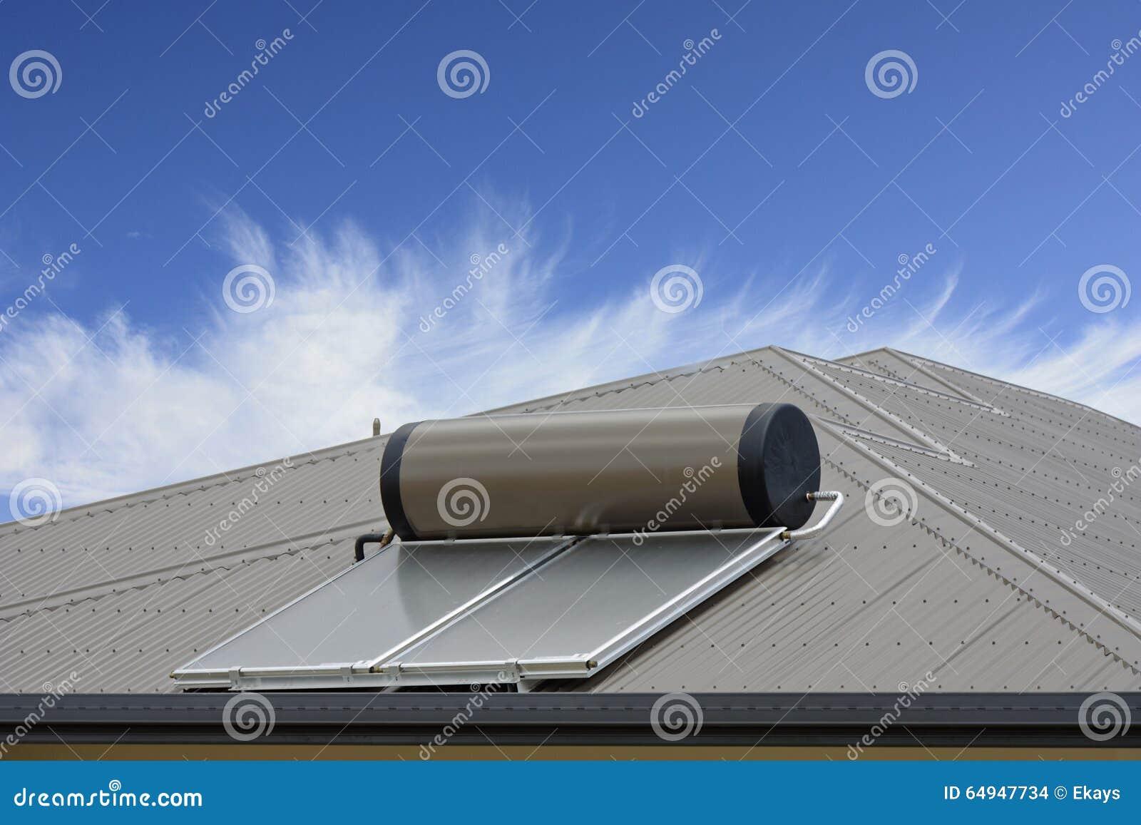 El panel solar con el cielo azul y las nubes