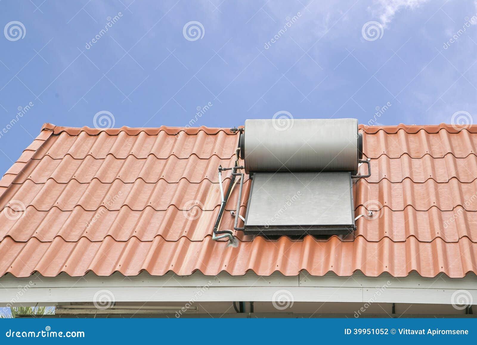 El panel solar para el circuito de agua caliente en el tejado foto de archivo imagen 39951052 - Tejado a un agua ...