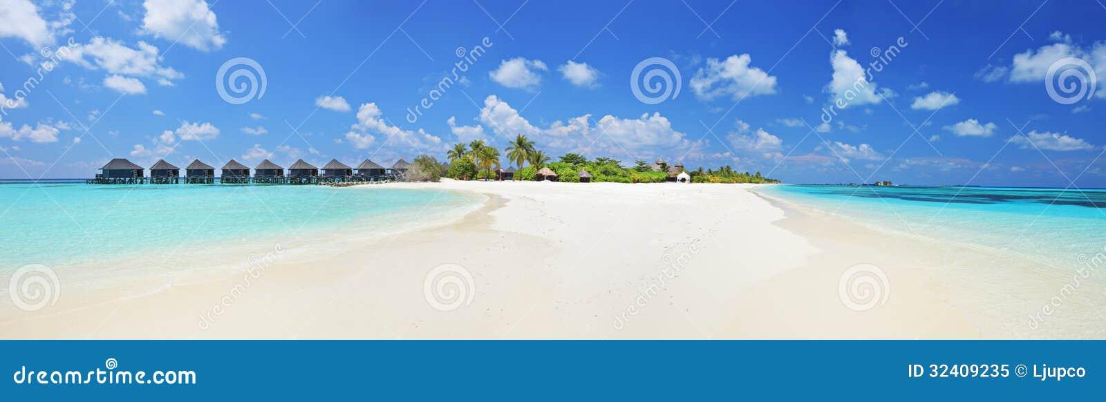 El panorama tiró de un islandl tropical, Maldivas en un día soleado