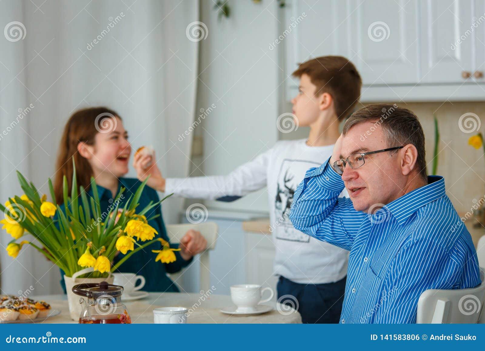 El papá está preocupado cuando los niños son traviesos
