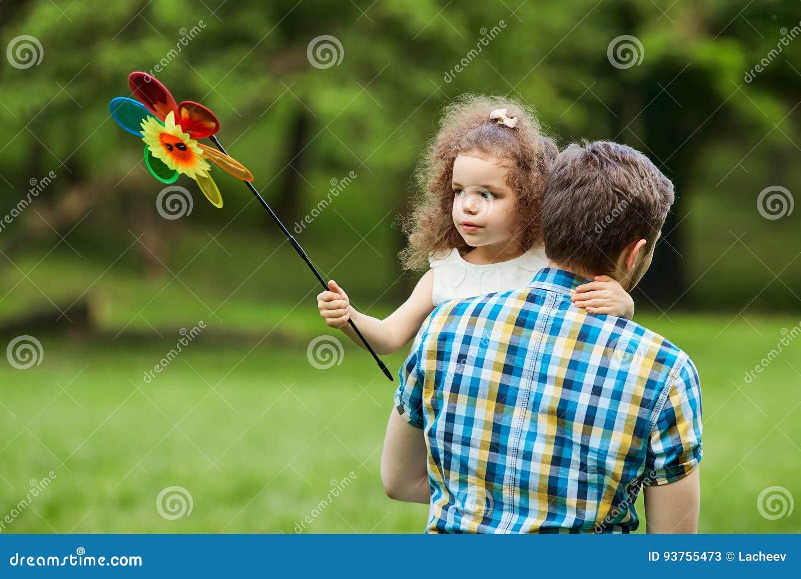 El papá y el niño están caminando en el parque
