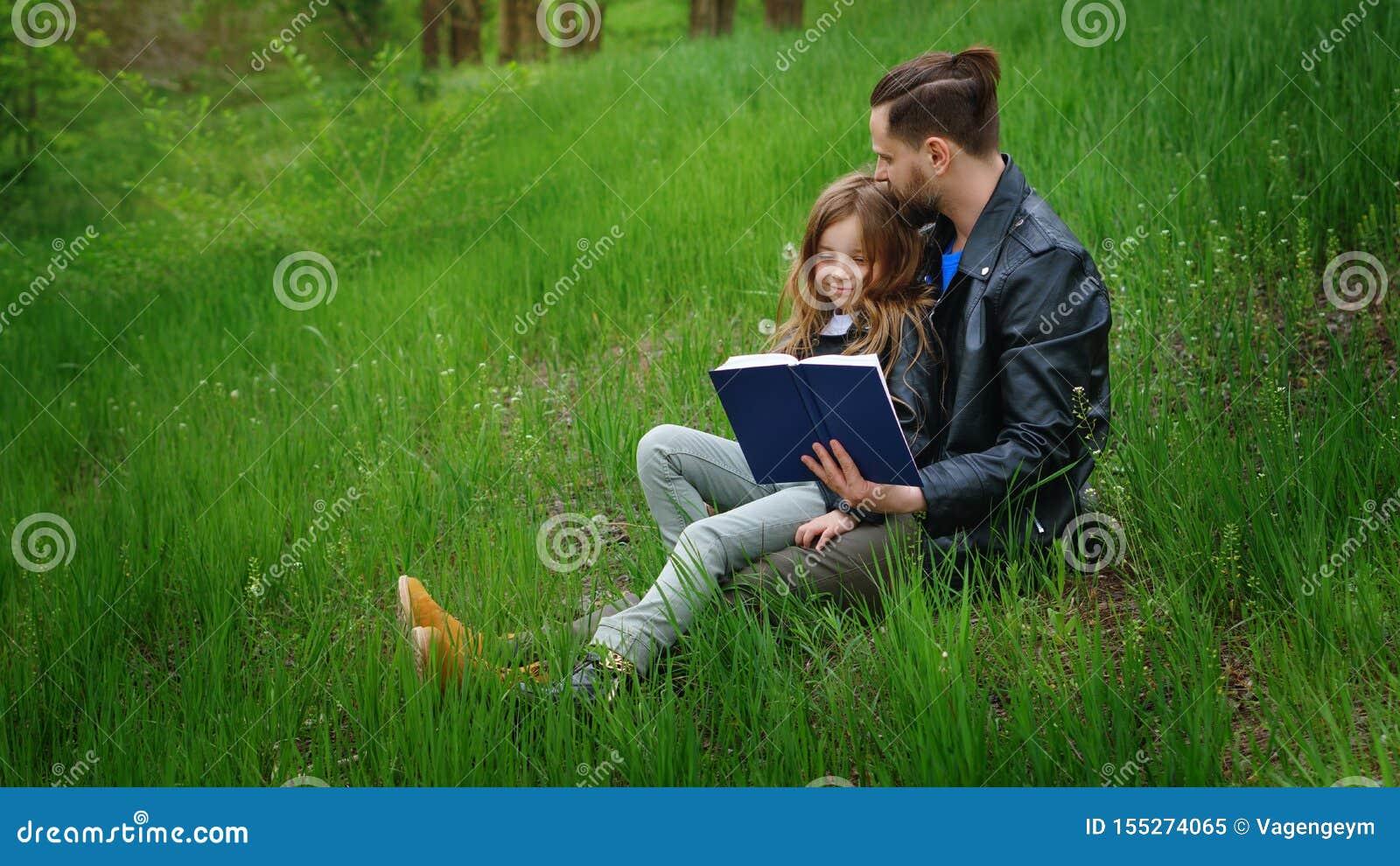 El papá y la hija pasan el tiempo junto en parque
