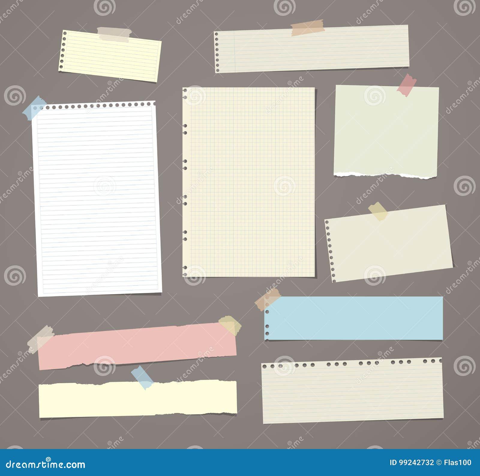 El papel de nota rayado blanco y colorido, cuaderno, hoja del cuaderno se pegó con la cinta adhesiva en fondo del marrón oscuro