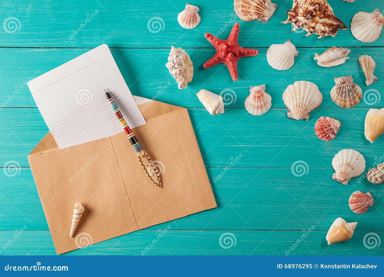 El papel para las notas acerca a conchas marinas en fondo de madera