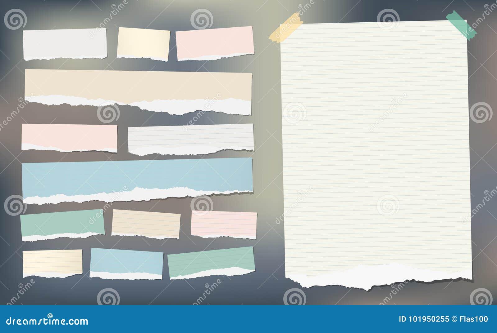 El papel rayado rasgado blanco y colorido, la hoja del cuaderno para la nota o el mensaje se pegaron con la cinta pegajosa