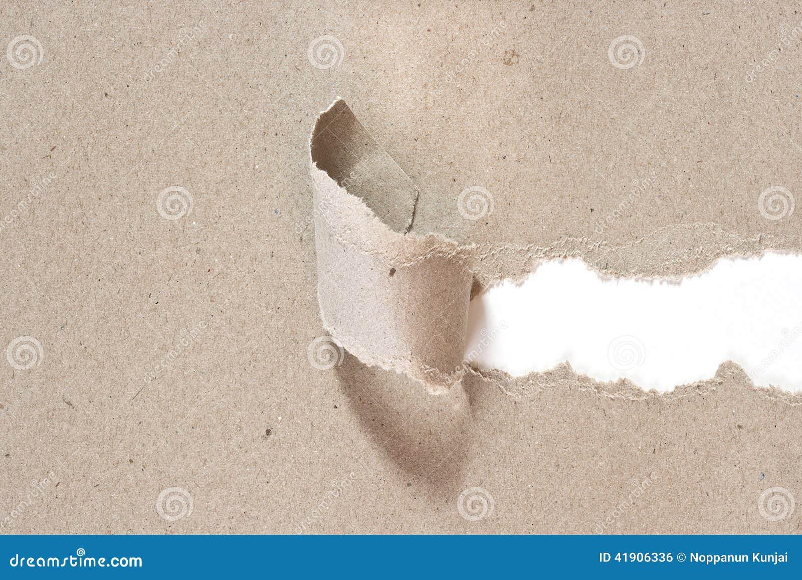 El papel reciclado fue rasgado una tira