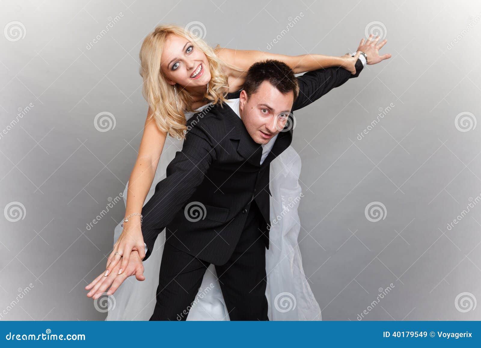 El par feliz que disfruta de volar, femenino encendido sirve detrás