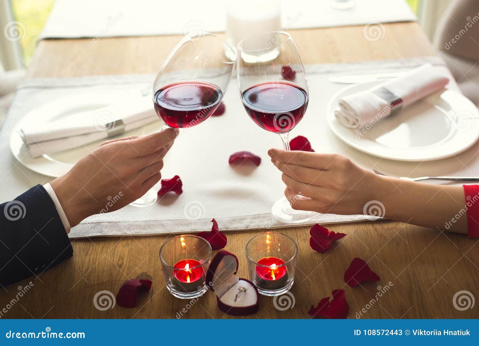 El par joven que cena romántico en el vino de consumición del restaurante anima el primer
