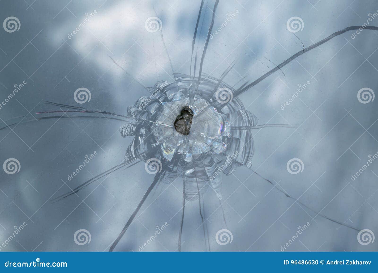 El parabrisas quebrado del coche de la piedra del vuelo