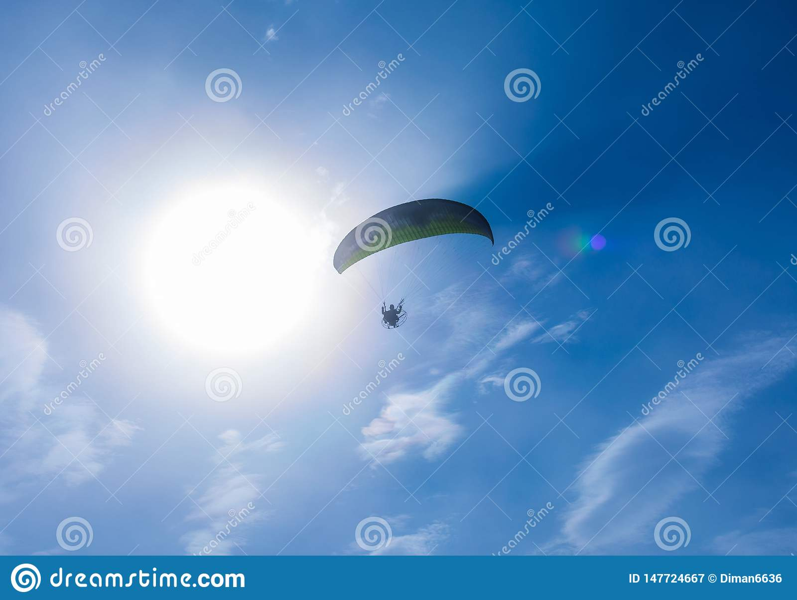 El paracaidista vuela contra el cielo azul Paraca?das motorizado