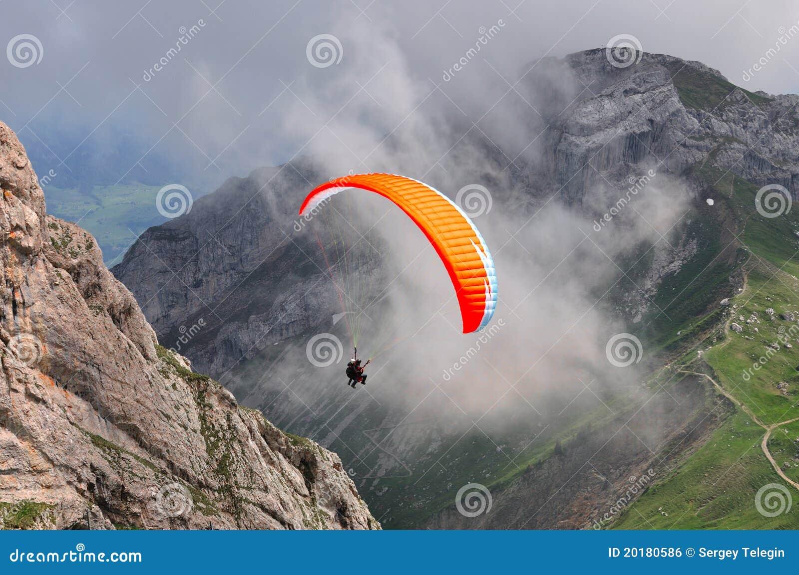 El Paragliding en las montan@as suizas acerca a Lucern, Suiza