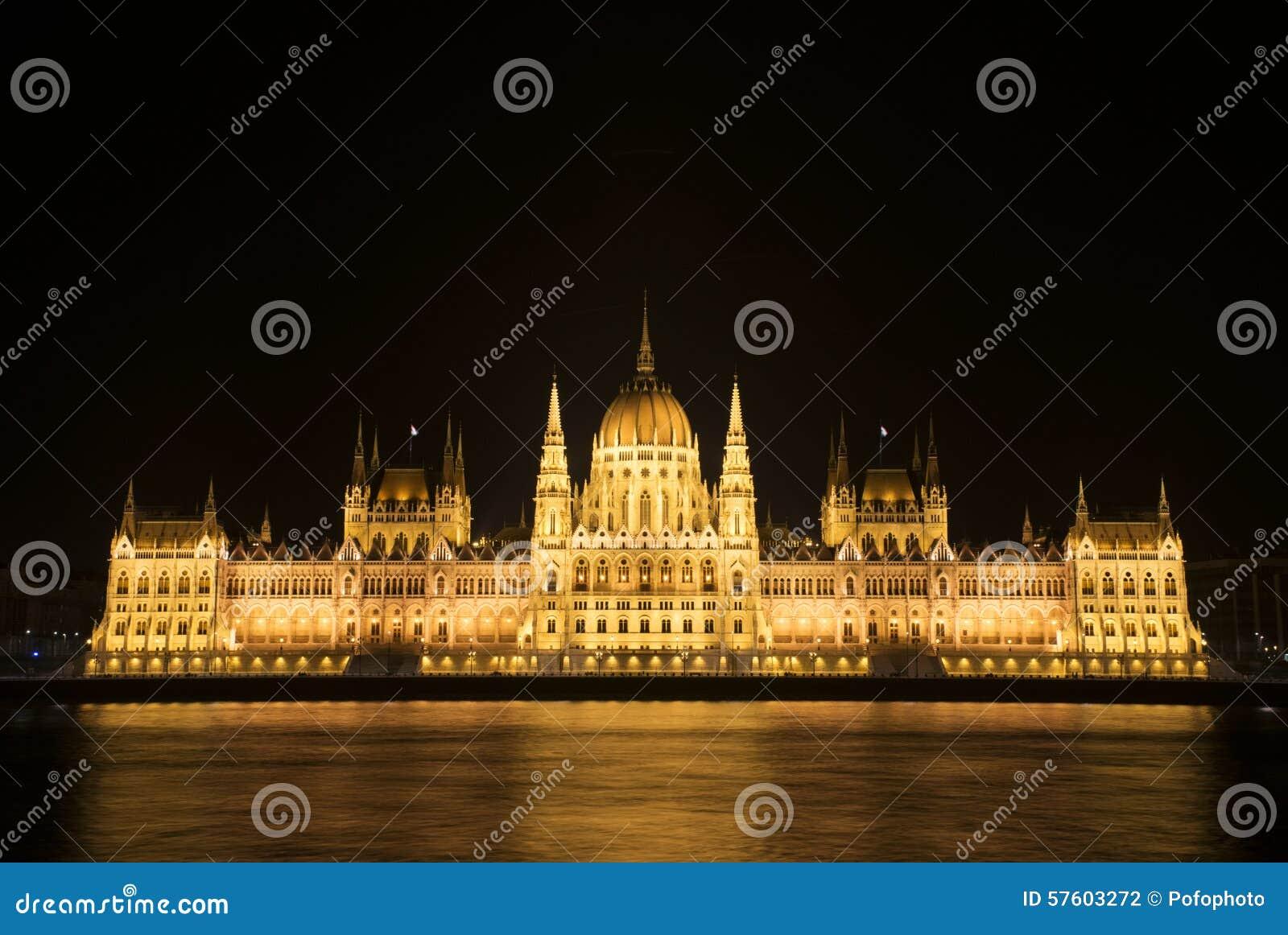 El parlamento húngaro en la noche
