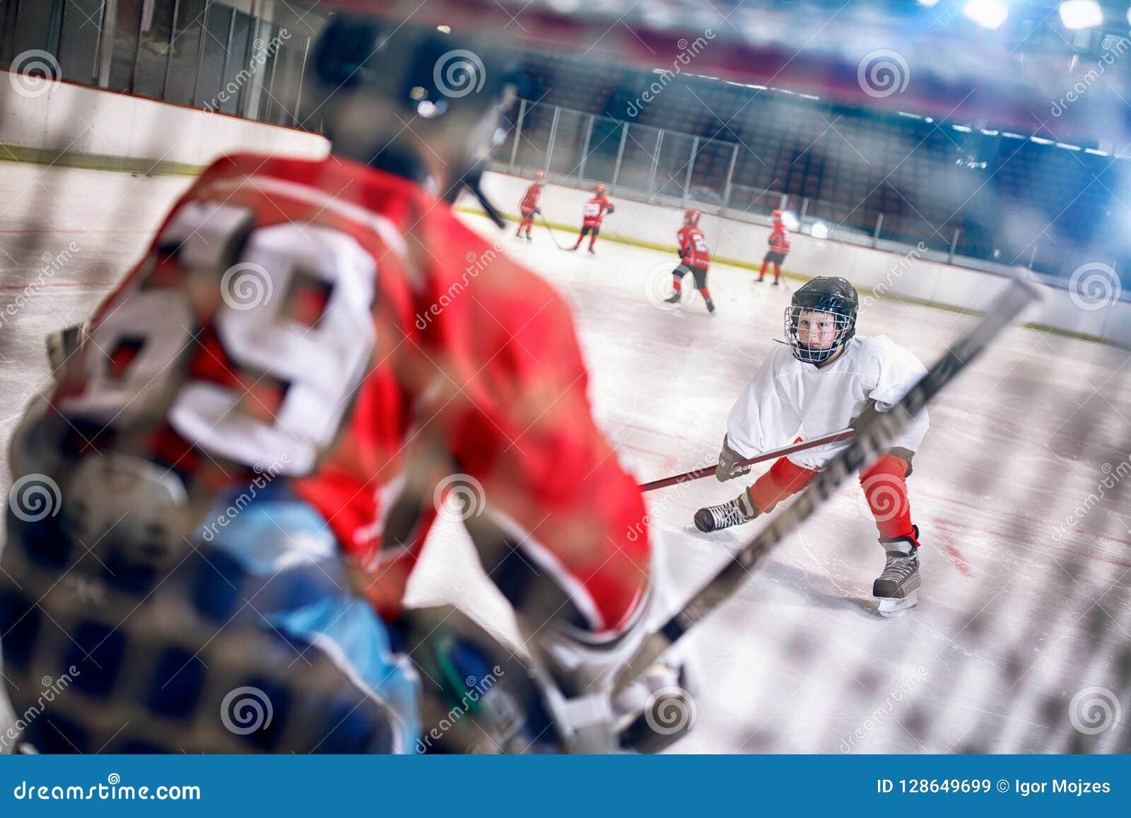 El partido del hockey en el jugador de la pista ataca al portero