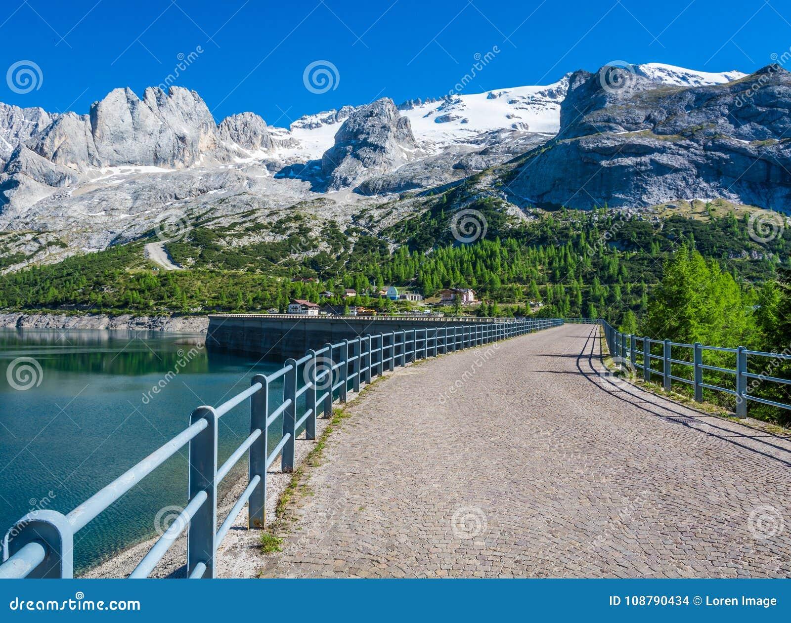 El paso Fedaia 2054 m es denominado por el lago Fedaia, un nuge dique de 2 kilómetros de largo, en el pie del glaciar de Marmolad