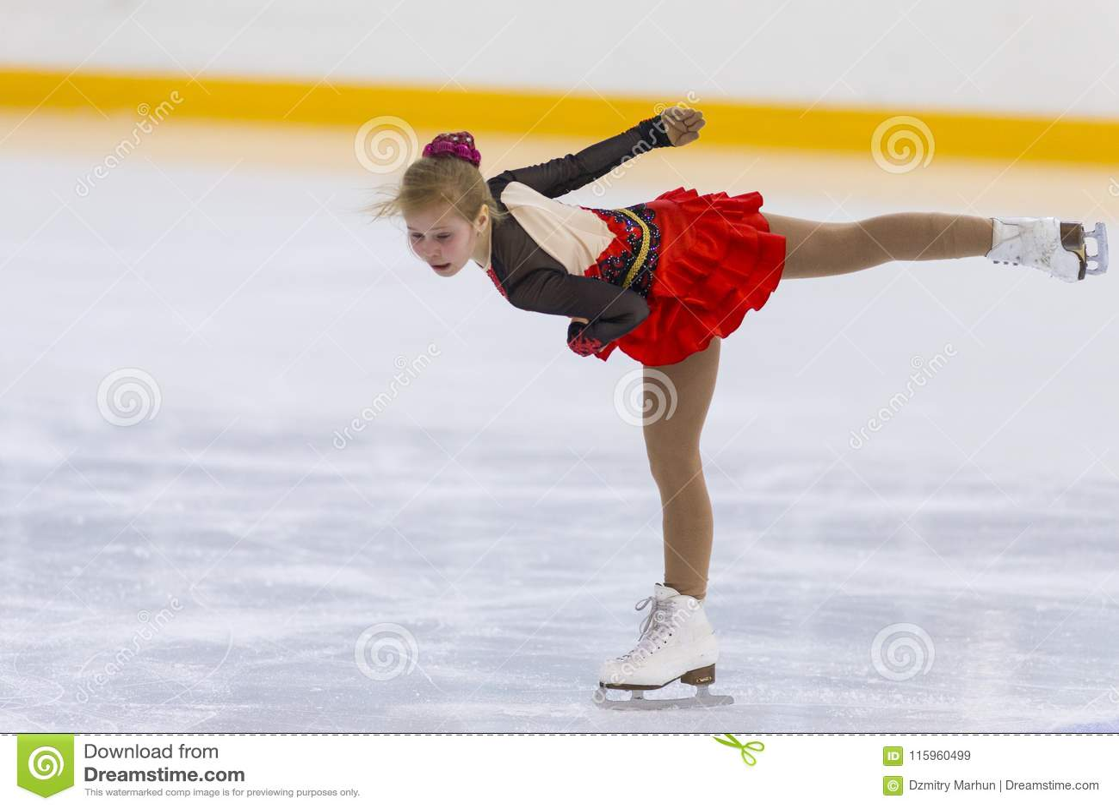 El patinador de figura femenina de las muchachas de Rusia Alla Lyubimbova Performs Cubs B libera programa patinador en la taza de