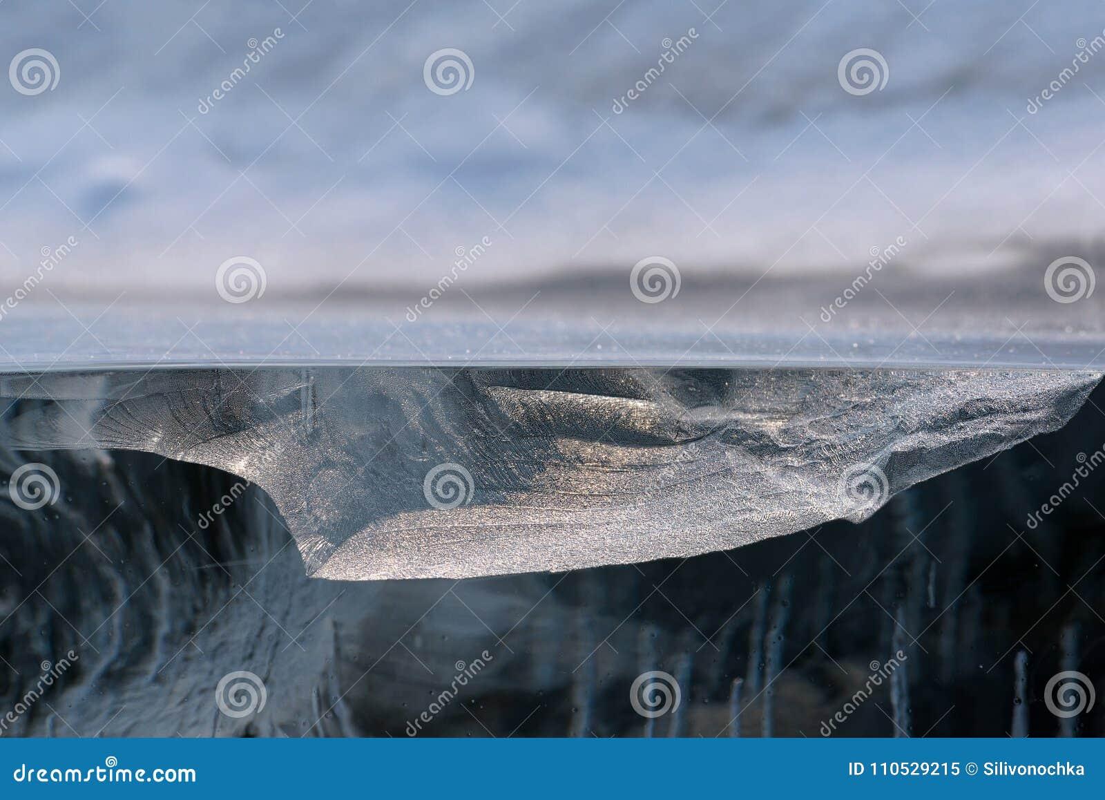 El pedazo transparente de hielo le gusta el corte transversal geológico del lago Baikal