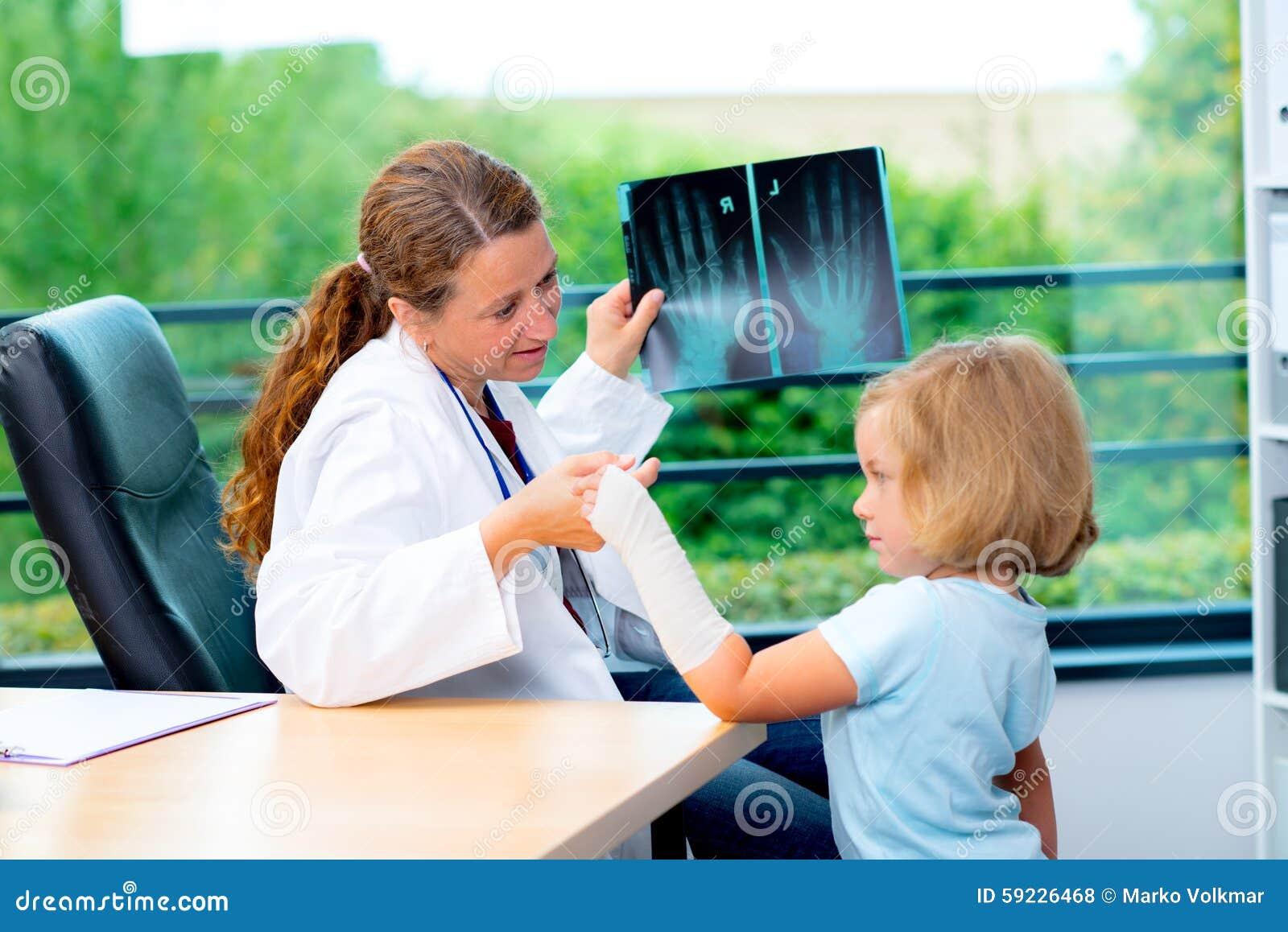 Download El Pediatra De Sexo Femenino En La Capa Blanca Del Laboratorio Examinó Al Pequeño Paciente Foto de archivo - Imagen de salud, cabrito: 59226468
