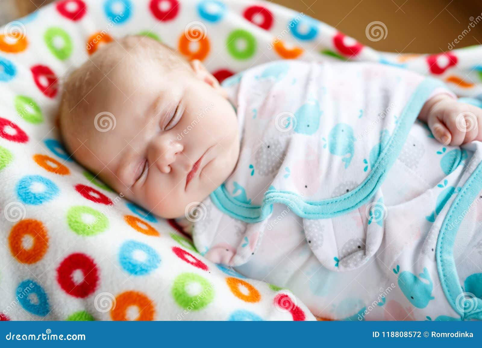 6aa7d664e El Pequeño Dormir Recién Nacido Lindo Del Bebé Envuelto En Manta ...