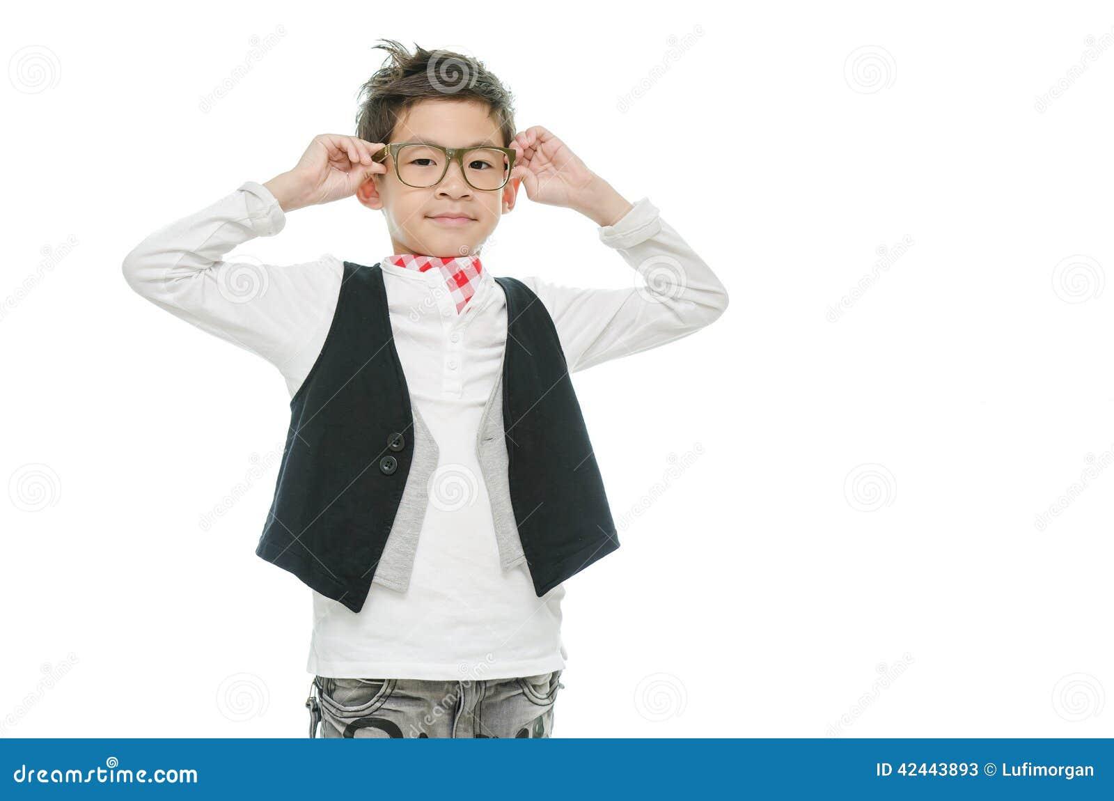 El pequeño muchacho asiático está llevando los vidrios, aislados
