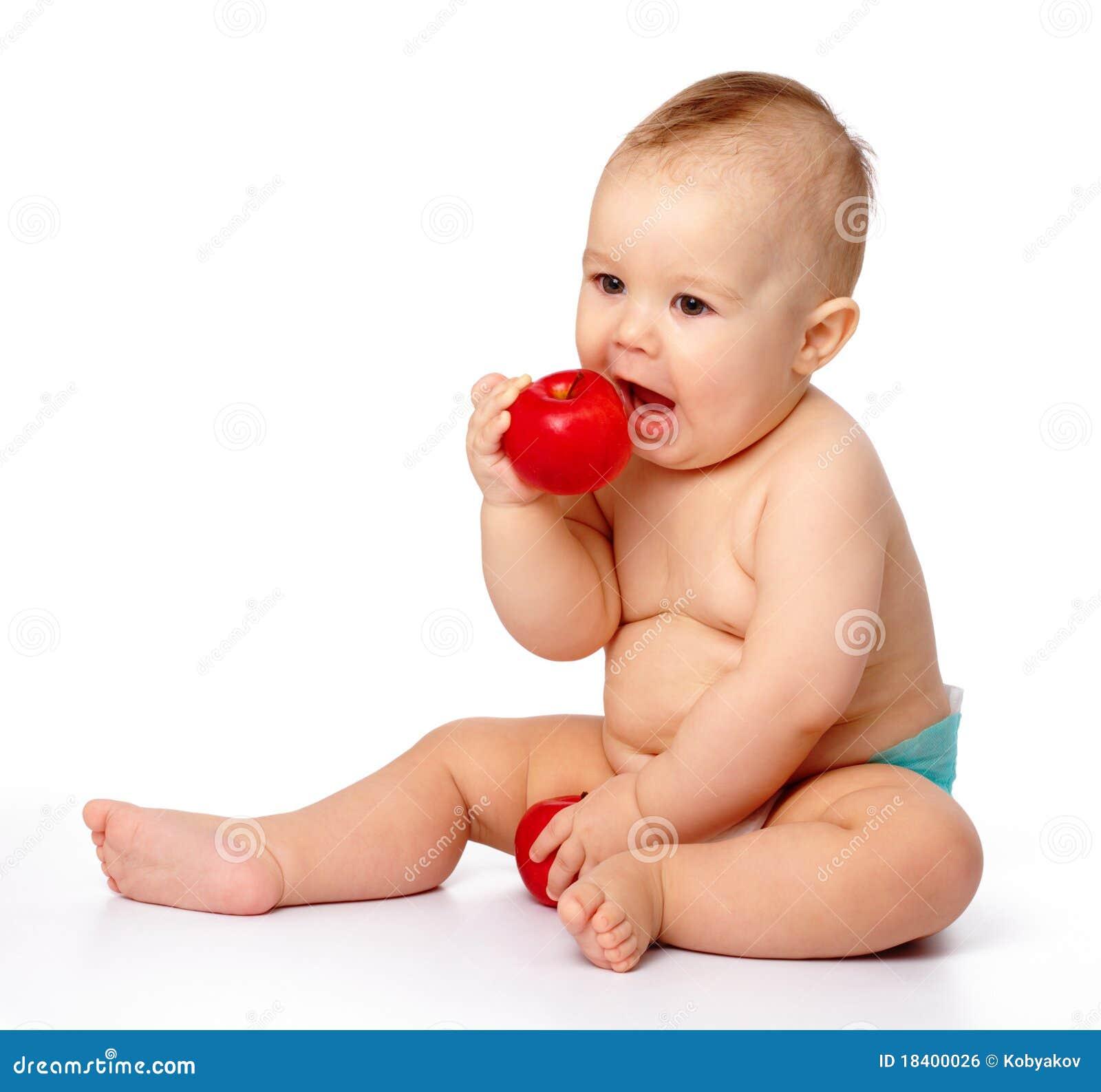 El Pequeño Niño Va A Morder La Manzana Roja Imagen de ...