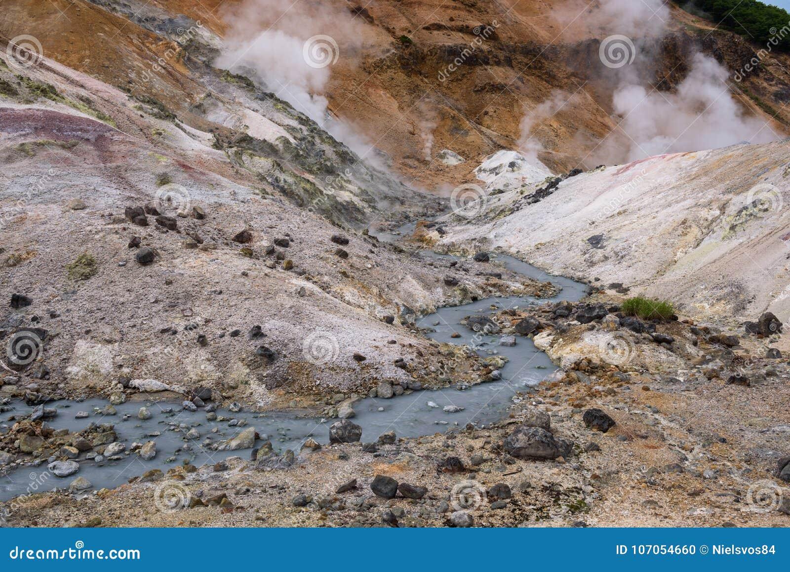 El pequeño río fluye a través de las rocas del valle Jigokudani del infierno