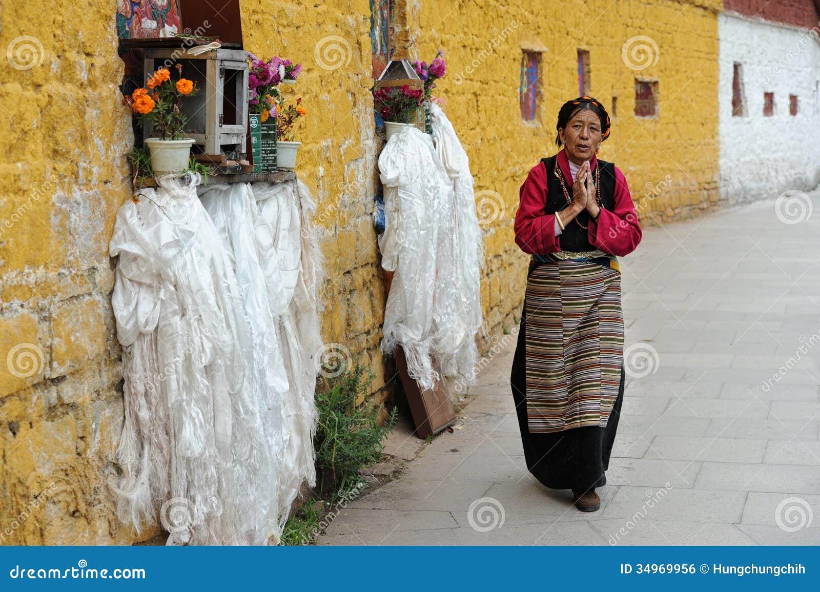 El peregrino tibetano no identificado circunda el palacio Potala