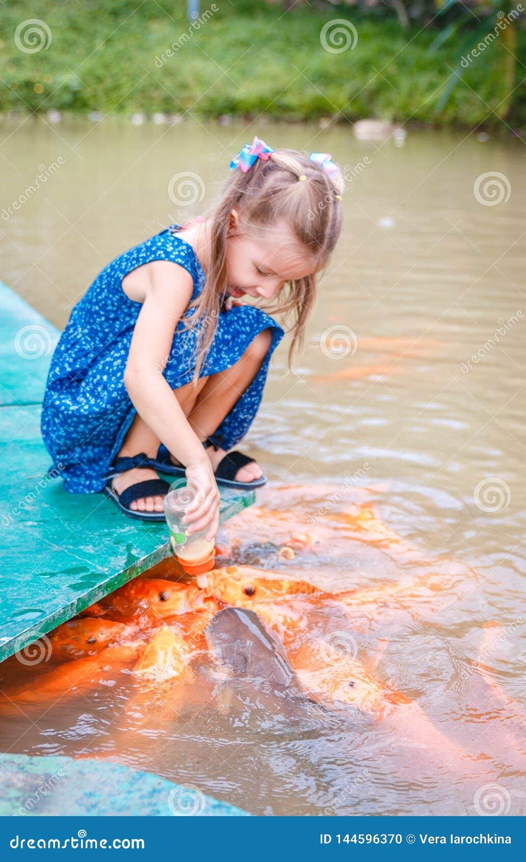 El pescado asi pocos pescados hermosos de las alimentaciones de la muchacha