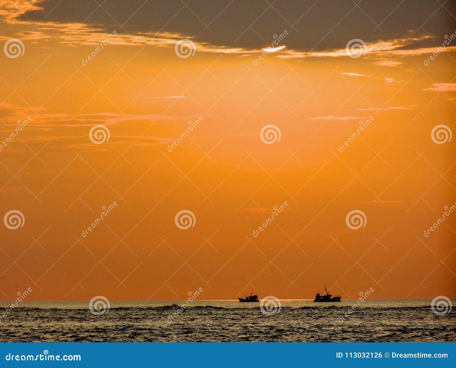 El pescador se prepara antes de la puesta del sol