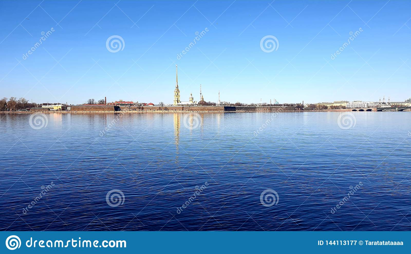 El Peter y Paul Fortress en la sol St Petersburg