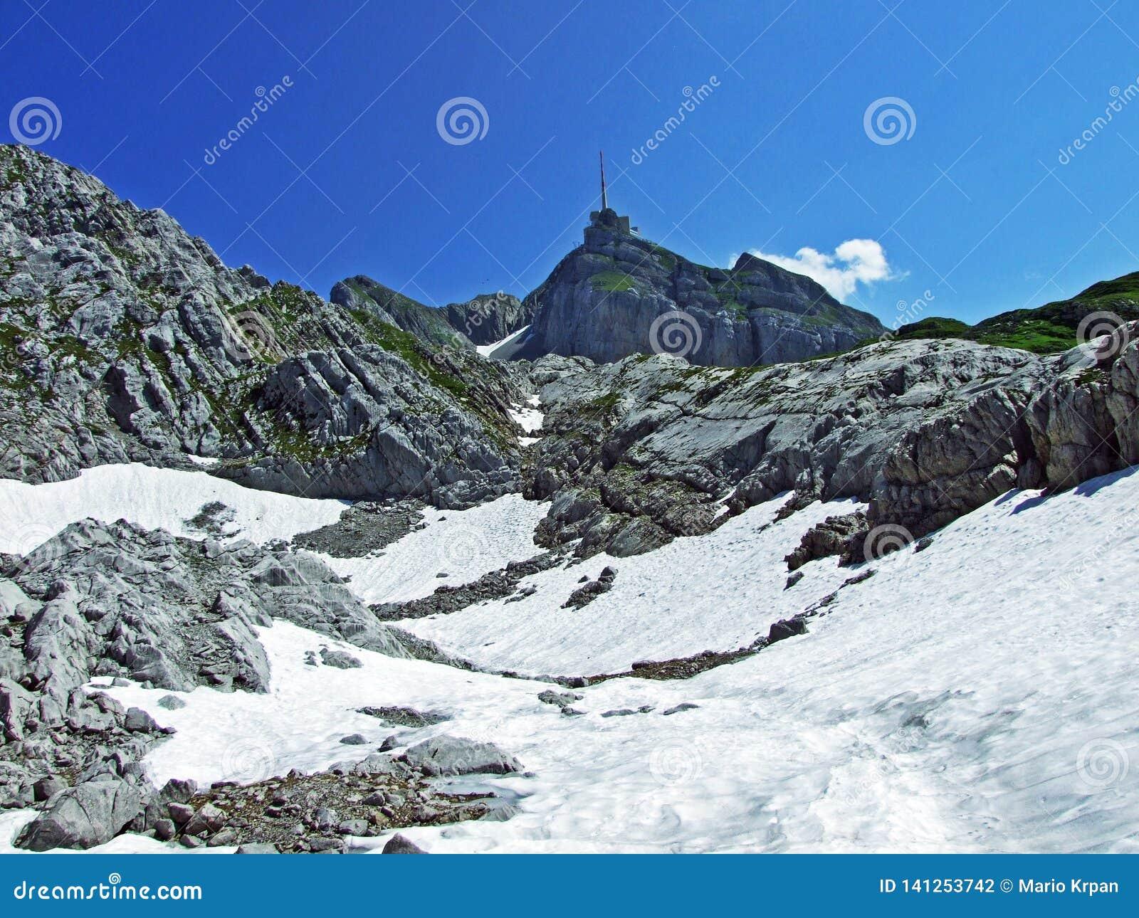 El pico alpino hermoso y dominante de Säntis en la cordillera de Alpstein