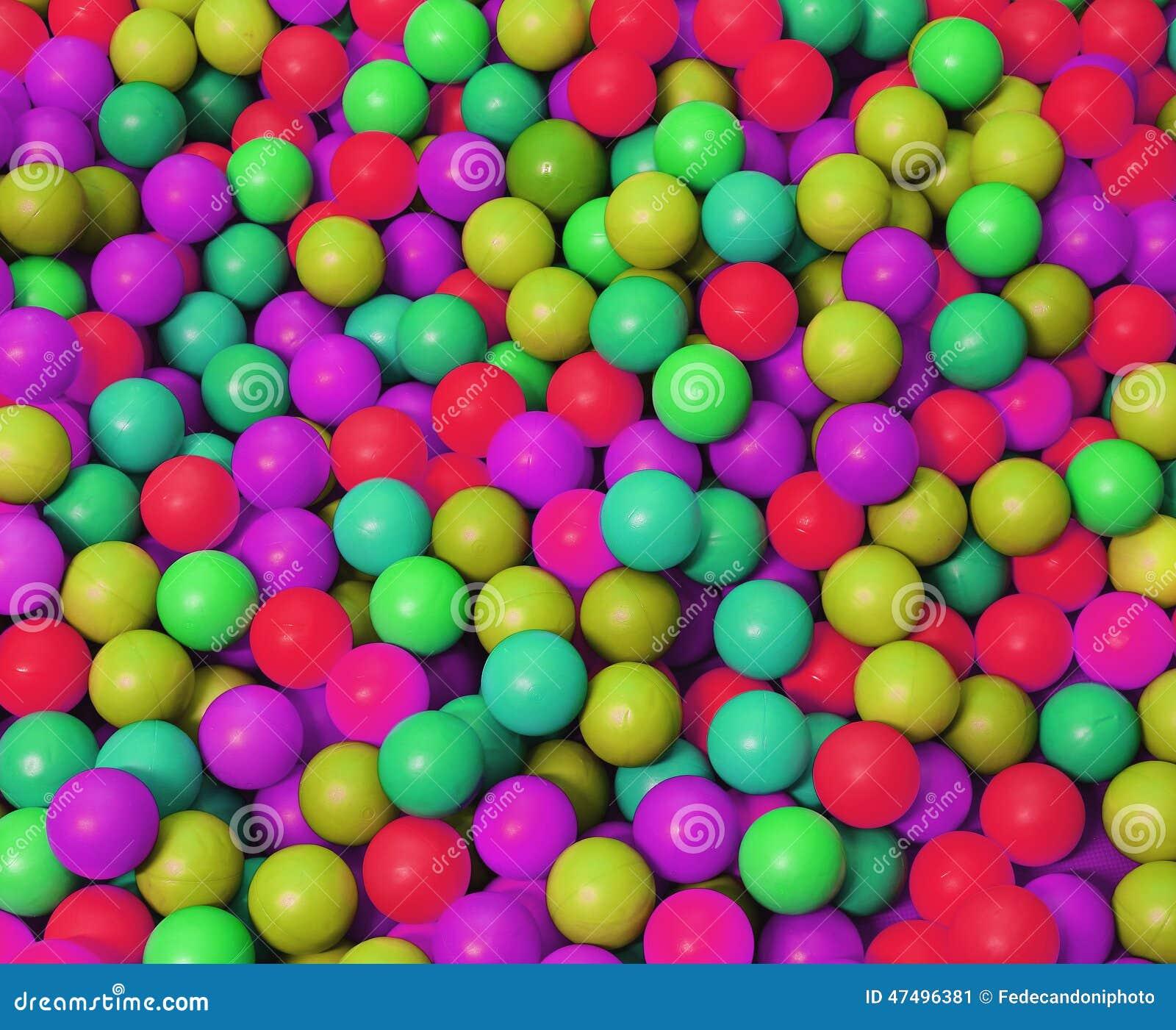 El pl stico fosforescente colore bolas en la piscina del for En pelotas en la piscina