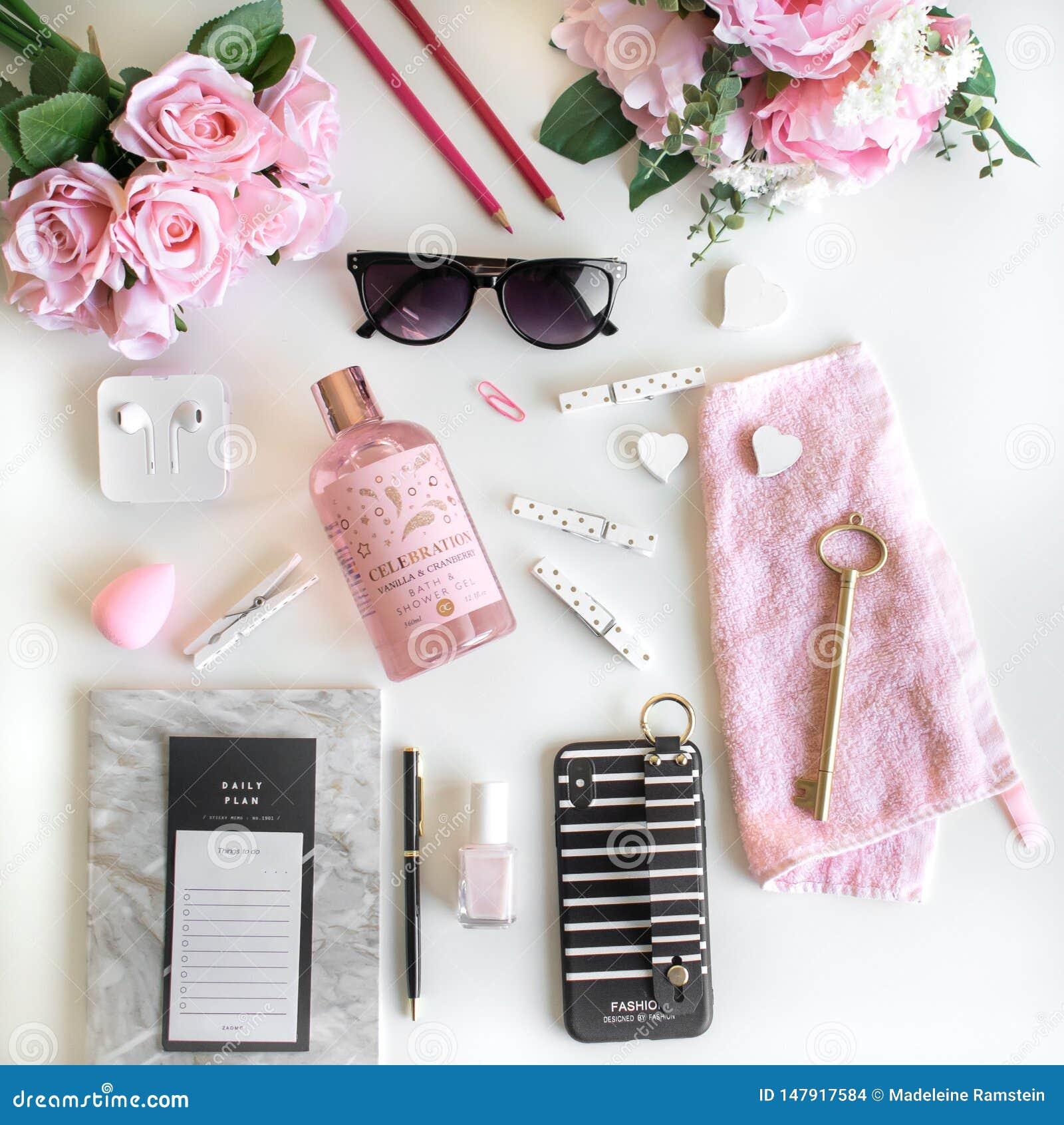 El plano femenino pone con diversos accesorios Rosa, color de rosa, blanco, negro