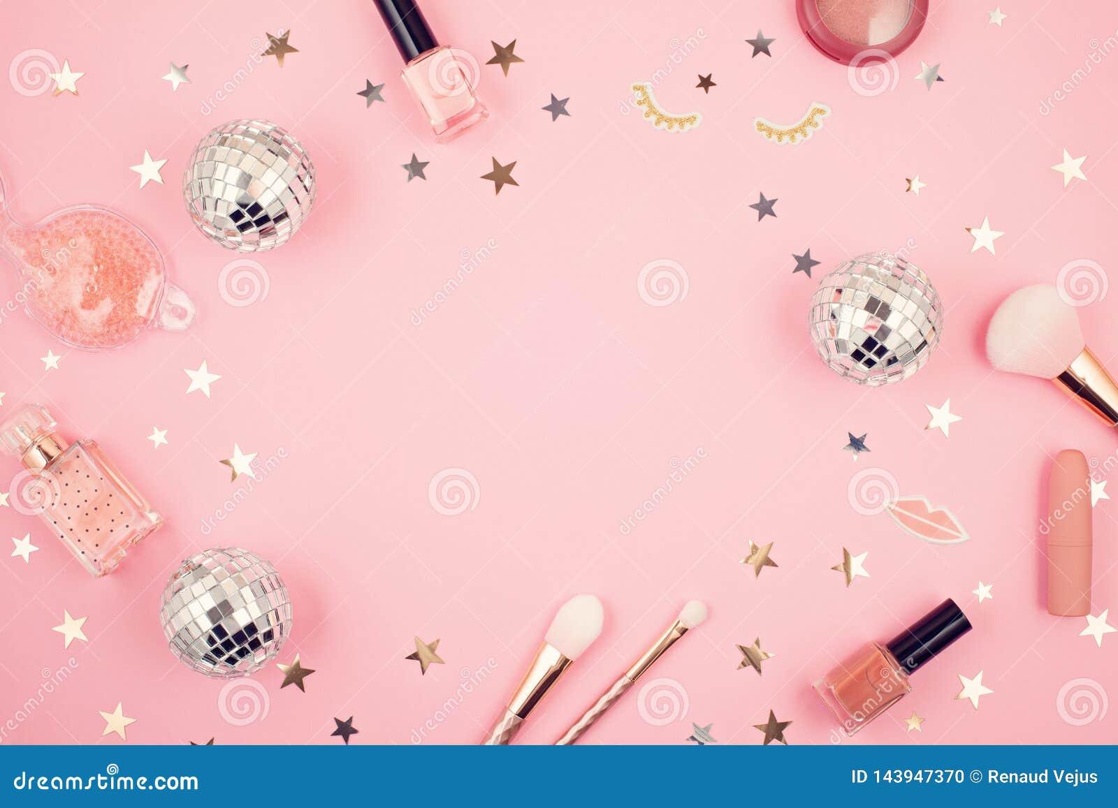 El plano pone con los accesorios de las muchachas del encanto sobre fondo rosado