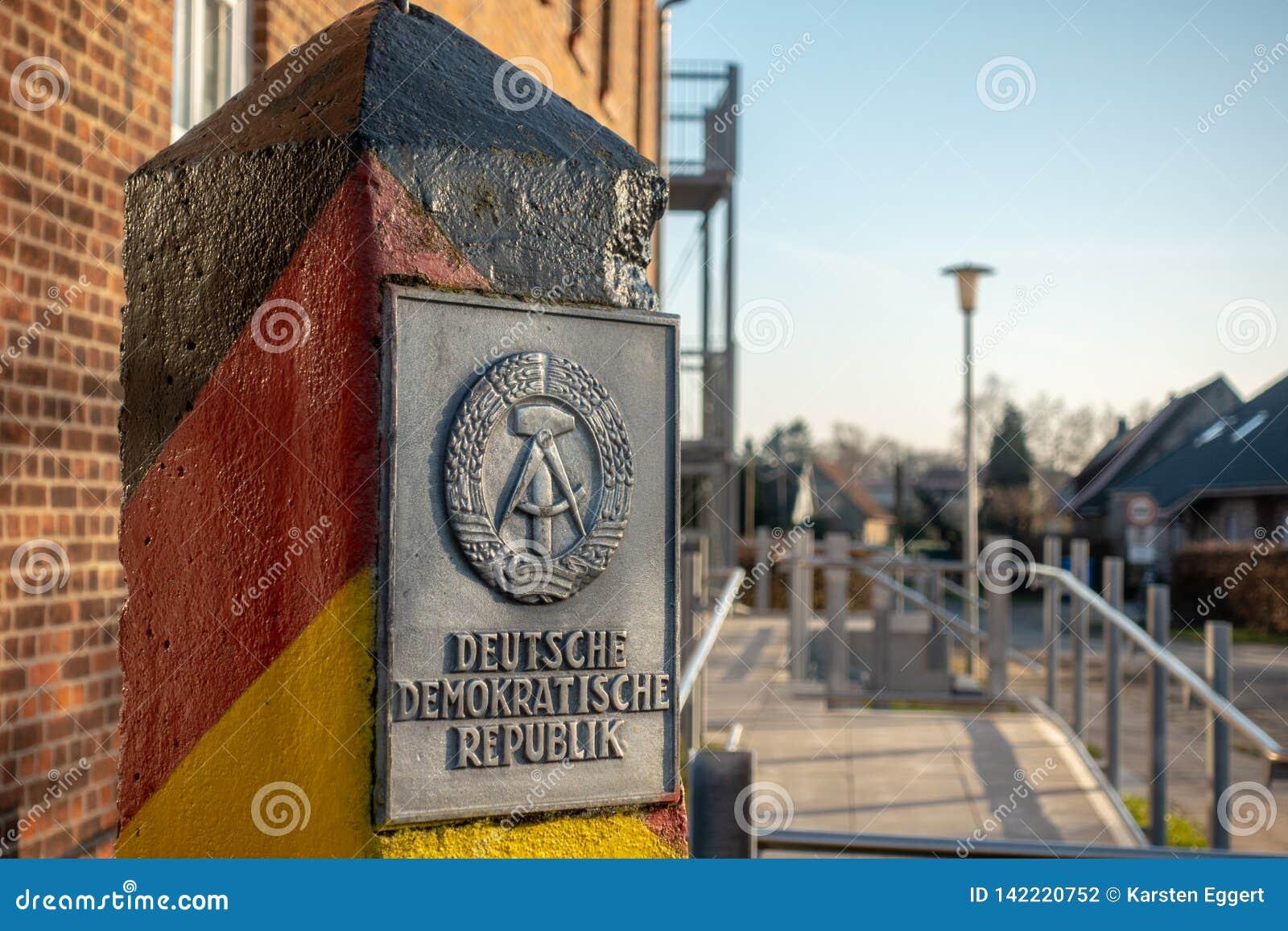 El polo con el escudo de armas de la RDA se coloca en un pueblo